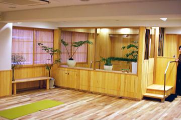 高齢者が地域で元気に暮らせるサロンと足湯のある体操教室の基本設計を実施。