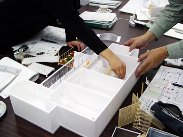 1/30の模型を使用して、現場スタッフも環境づくりの計画に参加しやすい工夫。