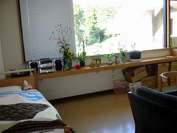「生活環境づくり・しつらえの工夫」プログラムで、身近な設備を活用して、「施設環境」を「生活環境」に変わる体験(医務室を個室にしつらえる)